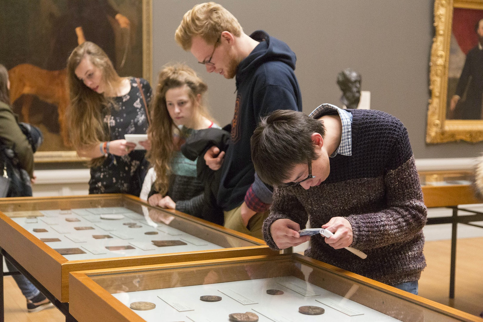 Viewing the medal collection during museumnight 2017